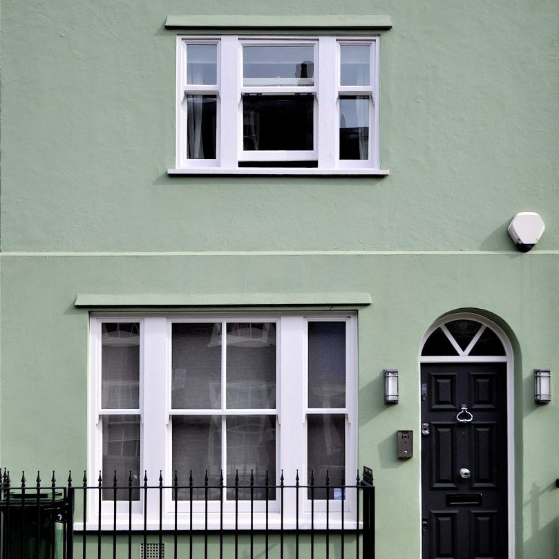 A,Green,Painted,Facade,In,An,Old,Terrace,Of,Chelsea